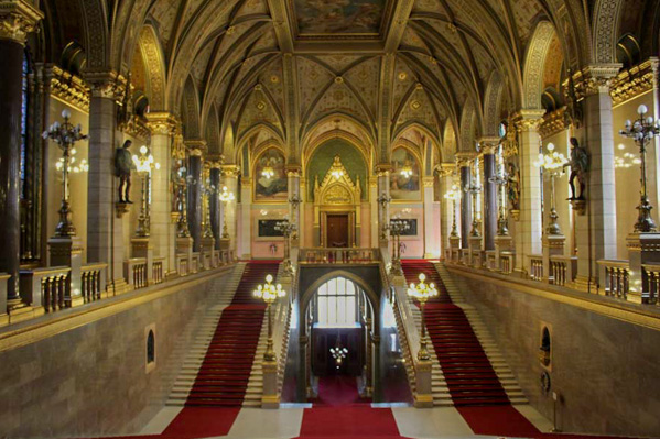 Parlamento ungherese scalone monumentale - Travel Free From