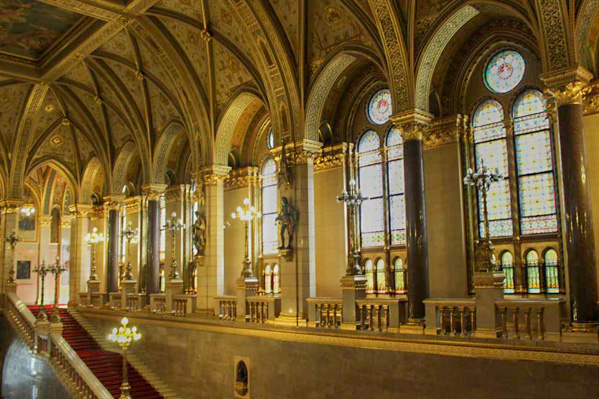 Parlamento ungherese sculture scalone - Travel Free From