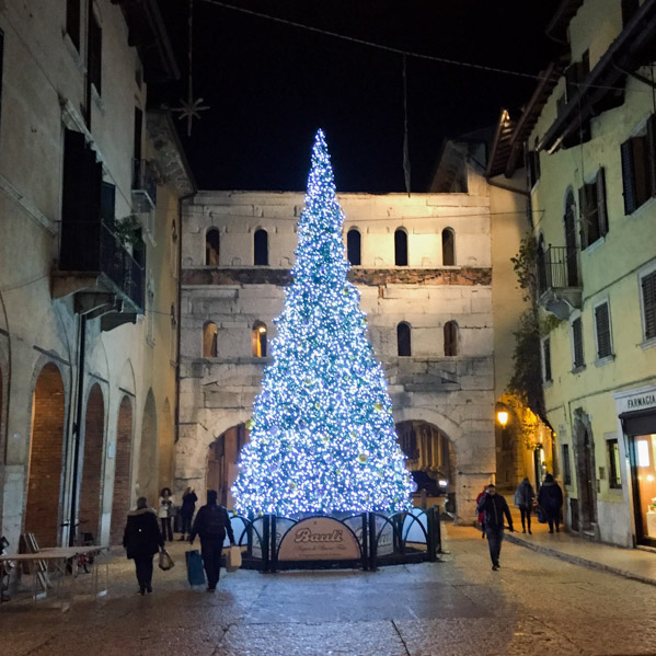 Come trascorrere il Natale a Verona - decorazioni di natale - Travel Free From