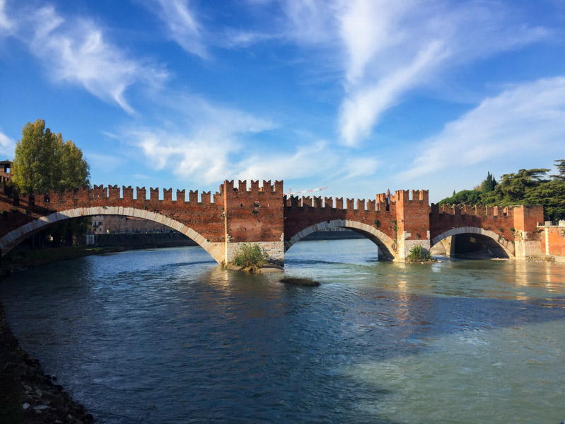 Come trascorrere il Natale a Verona - castello e ponte - Travel Free From